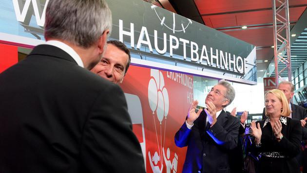 BM Alois Stöger, ÖBB-Chef Christian Kern, BP Heinz Fischer und NR-Präsidentin Doris Bures (v.l.n.r.) (Bild: APA/ROLAND SCHLAGER)