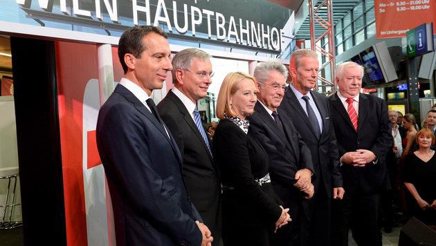 Christian Kern, Alois Stöger, Doris Bures, Heinz Fischer, Reinhold Mitterlehner und Michael Häupl (Bild: APA/ROLAND SCHLAGER)