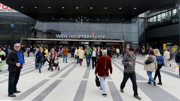 Kurz nach der Eröffnung bevölkerten bereits viele Neugierige den Platz vor dem Hauptbahnhof. (Bild: APA/ROLAND SCHLAGER)