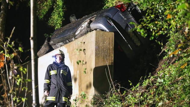Das Auto blieb direkt vor dem Brückenpfeiler liegen. Die fünf Insassen wurden verletzt. (Bild: APA/LAUMAT.AT/MATTHIAS LAUBER)