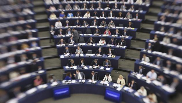 EU-Parlament stimmt erst im Februar über CETA ab (Bild: APA/EPA/OLIVIER HOSLET)