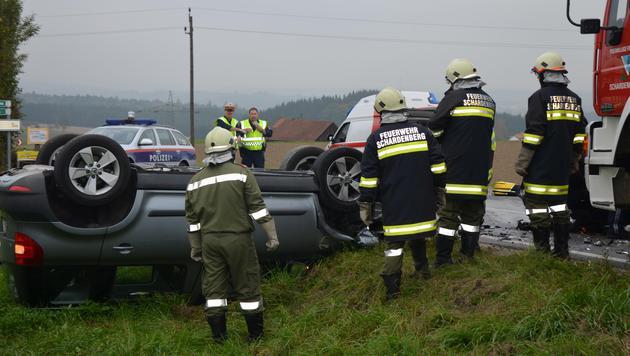 In dem Wagen des Deutschen saß auch seine 15-jährige Tochter. Beide wurden verletzt. (Bild: APA/BFKDO SCHÄRDING)