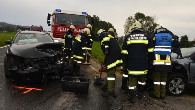 Bei dem Frontalzusammenstoß wurden drei Menschen verletzt. (Bild: APA/BFKDO SCHÄRDING)