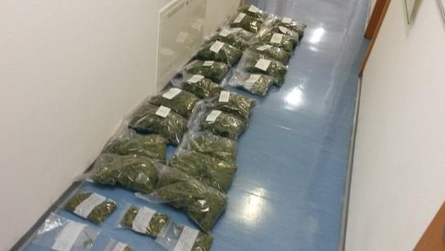 Die Polizisten stellten vier Kilo getrocknetes Cannabiskraut sicher. (Bild: Polizei)