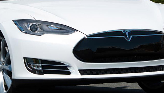 Tesla lässt Autos automatisch lenken (Bild: Tesla)