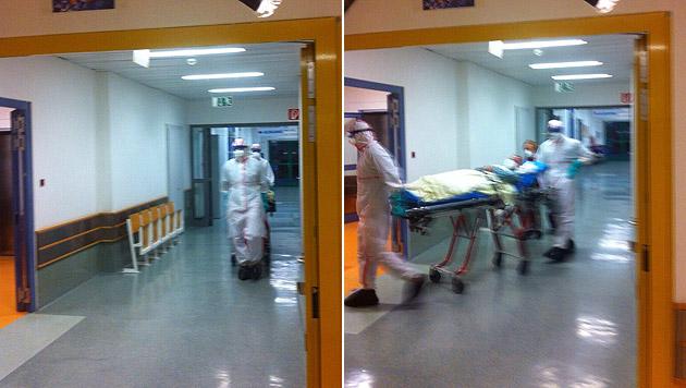 """Der mutmaßlich mit Ebola infizierte Patient wird in den Behandlungsraum geschoben. (Bild: """"Krone"""")"""