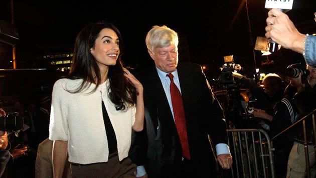 """Amal Clooney mit dem Chef ihrer Anwaltskanzlei bei der Ankunft vor dem """"Grande Bretagne""""-Hotel"""