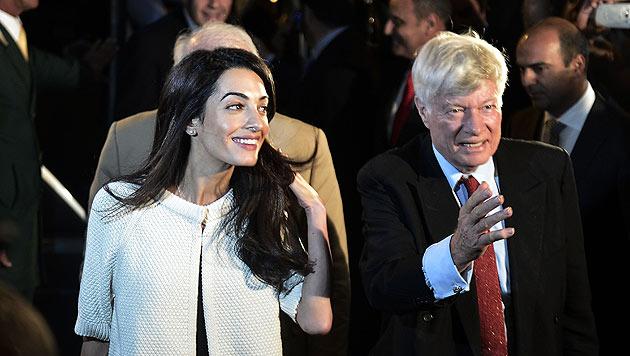 Amal Clooney bei ihrer Ankunft in Athen mit ihrem Boss, Geoffrey Robertson. (Bild: AFP)