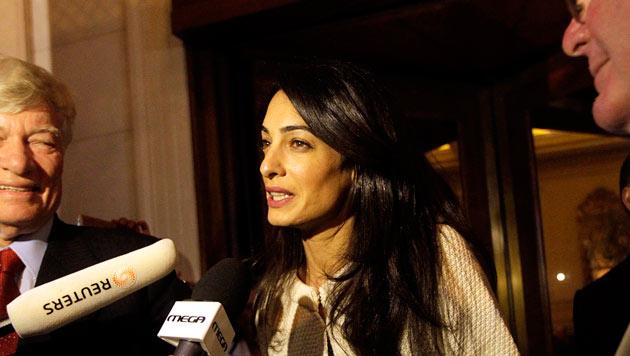 Amal Clooney beantwortet Fragen griechischer Journalisten.