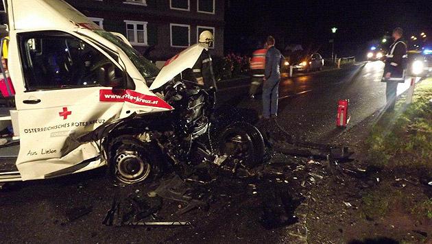 Pkw kollidiert mit Rettungsauto - drei Verletzte (Bild: LPD VORARLBERG)