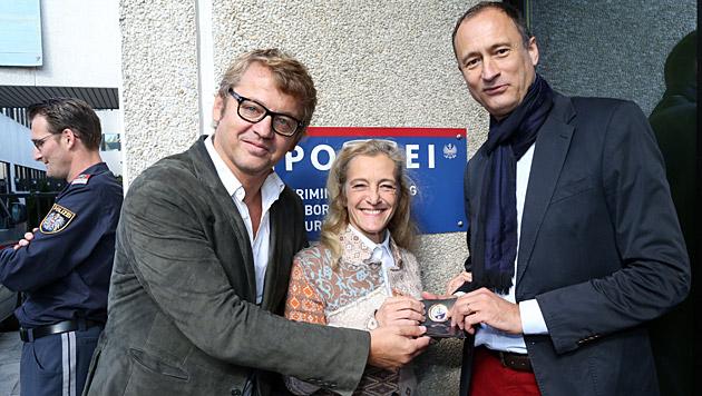 Projekt-Macher: Ambrosch, Zechner und Mailath-Pokorny mit SOKO-Ausweis (Bild: Kristian Bissuti)