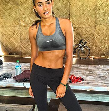 """""""Es tut weh, aber es wirkt!"""", schreibt die Schöne auf Instagram über ihr Workout. (Bild: instagram.com/kellybellyboom)"""