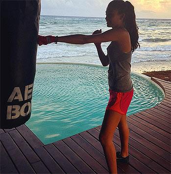 In einem Fitness-Camp in Mexiko hat das scharfe Model jetzt sieben Stunden am Tag trainiert. (Bild: instagram.com/kellybellyboom)