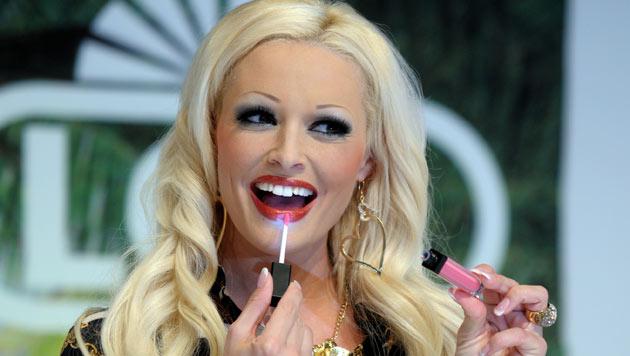 Auf einer Beauty-Messe probiert die bekennende Schmink-Fetischistin Lipgloss aus. (Bild: APA/DPA)