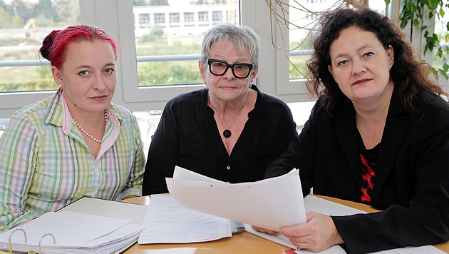 Kämpfen für mehr Würde für ihre betagte Tante: Irina und Roswitha F. mit Anwältin Charlotte Poeffel (Bild: Klemens Groh)