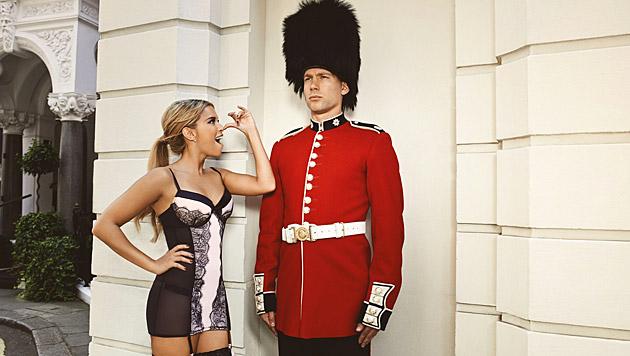 Bei ihrem London-Trip ist natürlich ein kleiner Flirt mit einem Grenadier Guard drin. (Bild: Hunkemöller)