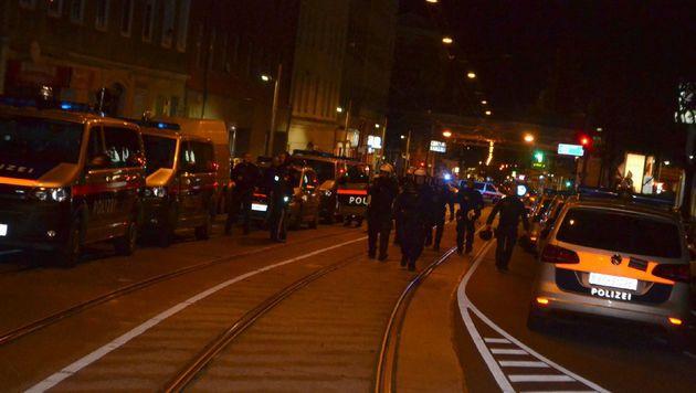Die Einsatzkräfte rückten vom Gürtel aus in den Bezirk vor. (Bild: SBG Media)