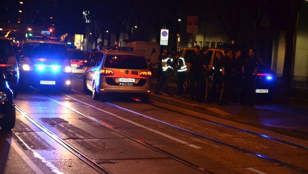 Straßensperrung wurden mittels Polizeifahrzeugen errichtet. (Bild: SBG Media)