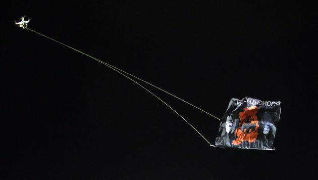 Auslöser war diese Flagge an einer Drohne, die Ausschreitungen beim Spiel in Belgrad provozierte. (Bild: AP)