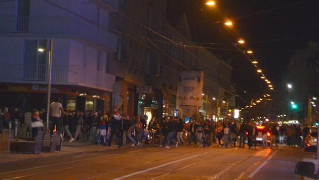 """Die Randalierer zogen in großen Gruppen durch den Bezirk Ottakring. (Bild: """"Krone""""-Leserreporter)"""