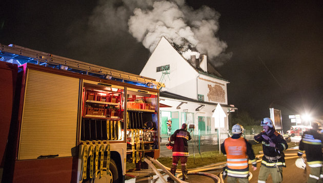 80 Florianis bekämpften den Brand im Lagerhaus in Mühlbach. (Bild: APA/BFKDO HOLLABRUNN)