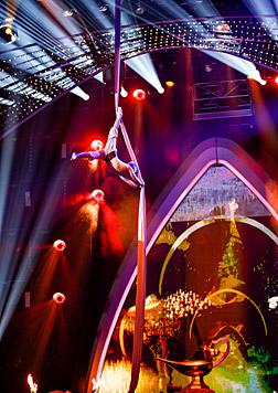 Nikolaus Meizer macht seit 3 Jahren Vertikaltuch-Shows. Das meiste brachte er sich selbst bei. (Bild: ORF/Milenko Badzic)