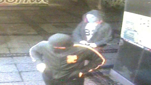 Binnen zehn Sekunden raubte das Duo das Casino aus. (Bild: Polizei)