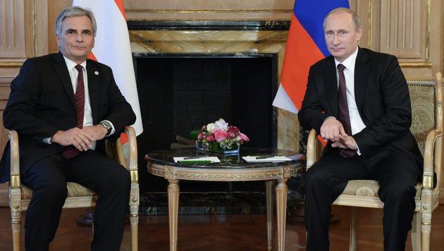 Bundeskanzler Werner Faymann mit Wladimir Putin (Bild: APA/EPA/ALEXEY NIKOLSKY/RIA NOVOSTI/KREMLIN)