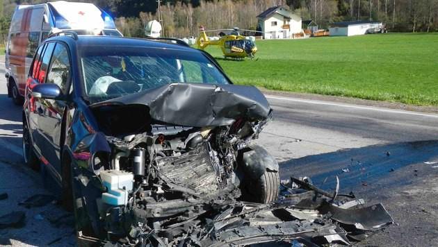 Die Front des Unfallfahrzeugs wurde bei dem Crash völlig demoliert. (Bild: APA/ÖAMTC)