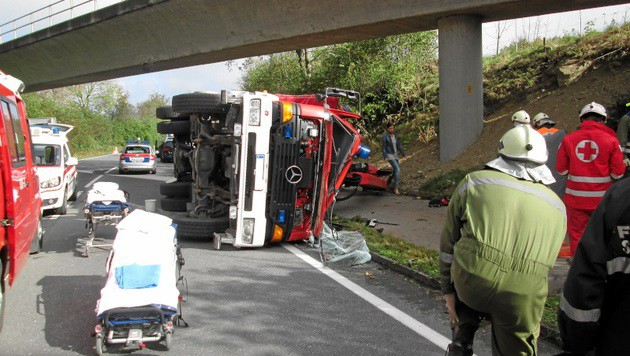 Der Kranausleger des Feuerwehrfahrzeugs blieb an der Brücke hängen. (Bild: APA/FF STEINDORF)