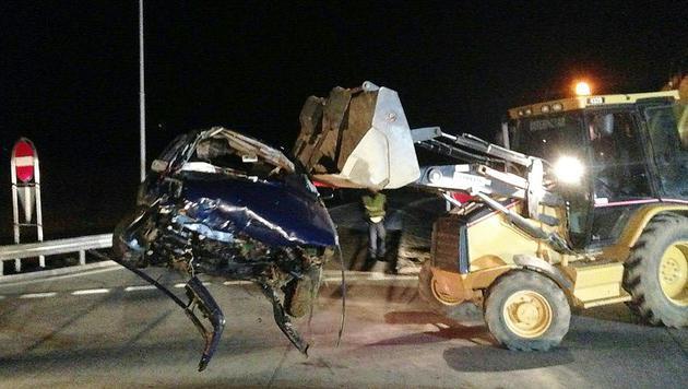 Das Auto überschlug sich und wurde völlig demoliert. (Bild: APA/FF MAISSAU/STEFAN JURECEK)