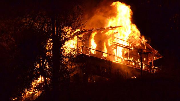 Das Bauernhaus in Tirol wurde ein Raub der Flammen. (Bild: APA/ZEITUNGSFOTO.AT/DANIEL LIEBL)