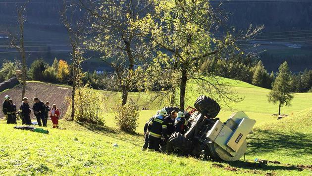 Der Traktor überschlug sich mehrmals, dabei wurde der Landwirt aus der Fahrerkabine geschleudert. (Bild: APA/ZEITUNGSFOTO.AT/DANIEL LIEBL)