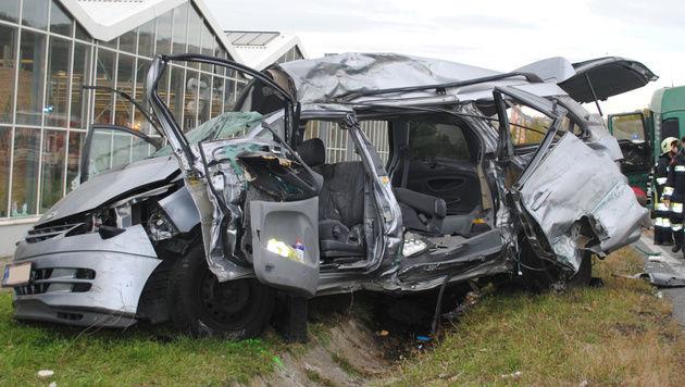 Der Wagen wurde bei der Kollision völlig zerstört. (Bild: Einsatzdoku.at)