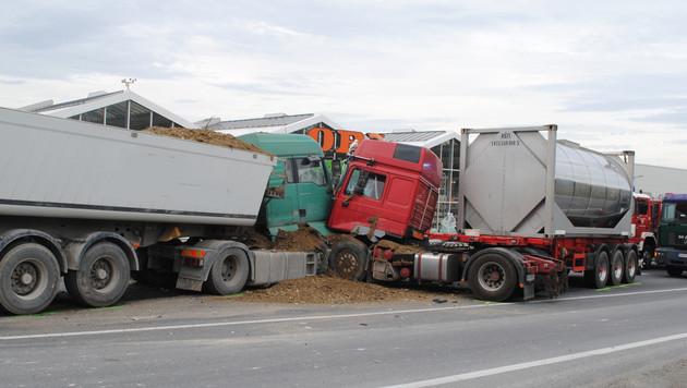 Der Lkw prallte mit einem entgegenkommenden Lastwagen zusammen. (Bild: Einsatzdoku.at)