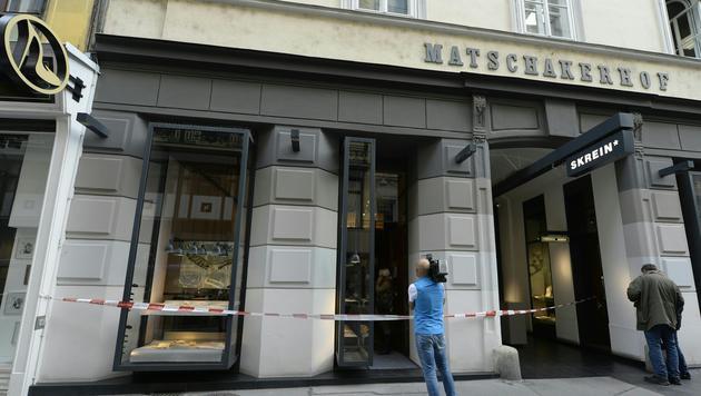 Dieser Innenstadt-Juwelier wurde Schauplatz eines Raubüberfalls. (Bild: APA/HERBERT NEUBAUER)
