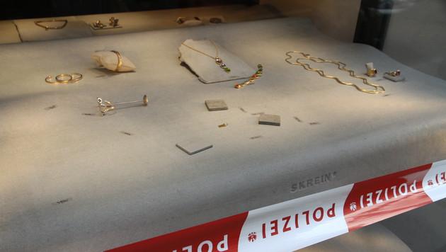 Die Täter zerschlugen die Scheiben und raubten, was ihnen unter die Finger kam. (Bild: ANDI SCHIEL)