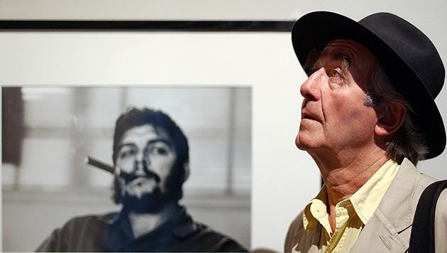 Rene Burri mit einem seiner wohl berühmtesten Werke im Hintergrund (Bild: AP)