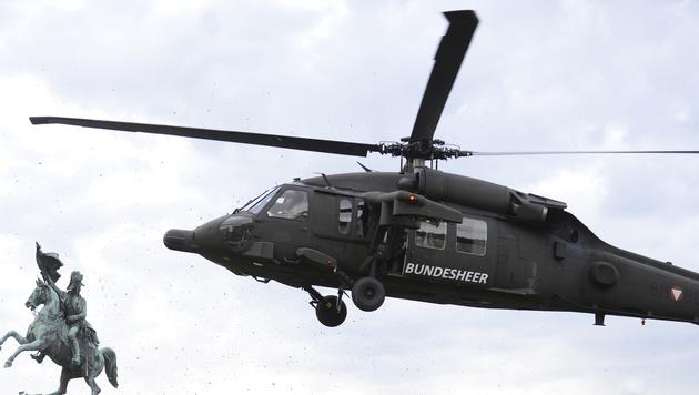 """Ein """"Black Hawk""""-Hubschrauber landet am Wiener Heldenplatz. (Bild: APA/ROBERT JAEGER)"""