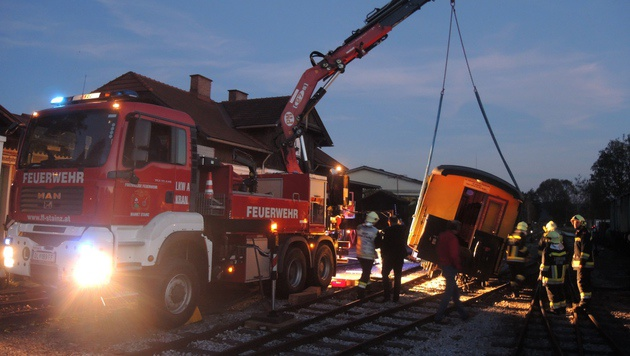 Mittels Feuerwehrkran wurde der umgekippte Wagon vorsichtig wieder in die Gleise gehoben. (Bild: FF Stainz/Andreas Maier)