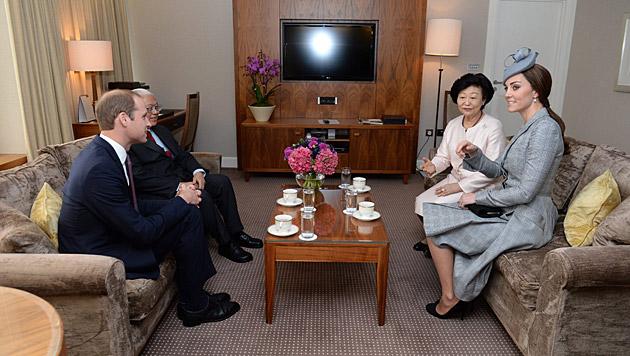 Beim Plausch mit dem Staatspräsidenten von Singapur und seiner Gattin (Bild: APA/EPA/ANTHONY DEVLIN/PA)