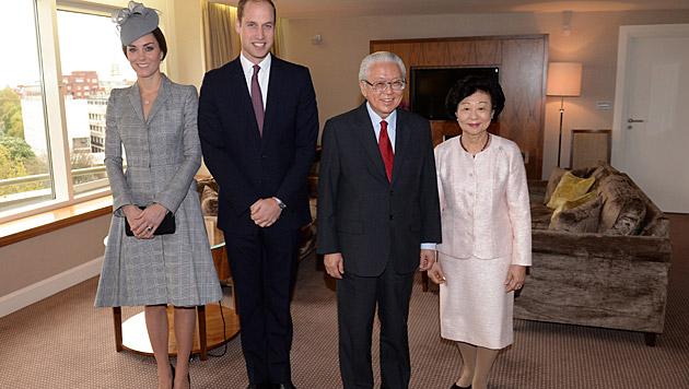 Kate und William mit Tony Tan Keng Yam und seiner Gattin (Bild: APA/EPA/ANTHONY DEVLIN/PA)