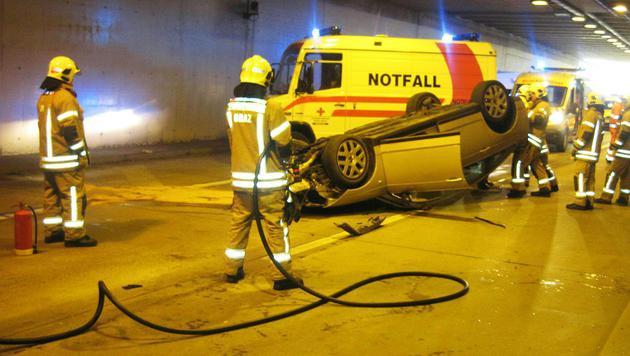 Der Pkw des Pensionisten überschlug sich nach der Kollision mit dem Anpralldämpfer am Tunnelportal. (Bild: APA/BF GRAZ)