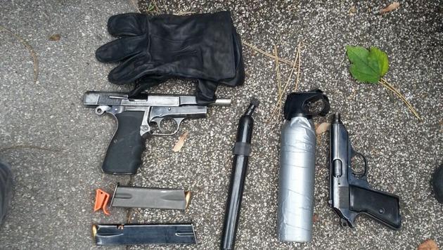 Die Tatwaffen und das geraubte Bargeld wurden sichergestellt. (Bild: Polizei)