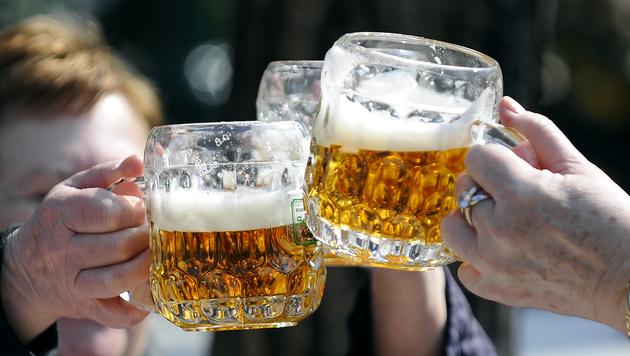Ein Österreicher trinkt 210 Krügel pro Jahr (Bild: APA/HANS KLAUS TECHT)
