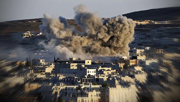 Kobane: Kurden werfen IS Giftgas-Einsatz vor (Bild: APA/EPA/SEDAT SUNA, krone.at-Grafik)