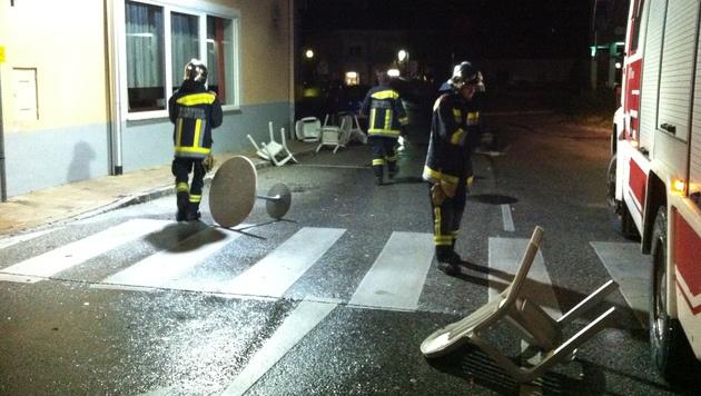 Die Freiwillige Feuerwehr Gloggnitz im Einsatz gegen die Sturmschäden (Bild: FF Gloggnitz)