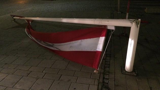 """Im 11. Wiener Gemeindebezirk riss der Sturm diesen Fahnenmast um. (Bild: """"Krone""""-Leserreporter Rene Papez)"""