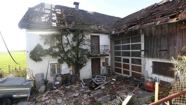 In Neukirchen/E. in Oberösterreich deckten schon die Vorläufer des nächtlichen Sturms Dächer ab. (Bild: Daniel Scharinger)