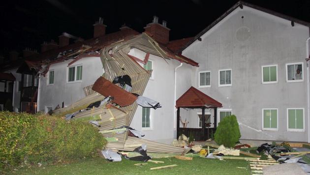 Das Dach des Laufhauses in der Gemeinde Traiskirchen (Bezirk Baden) wurde abgedeckt. (Bild: APA/FF MOELLERSDORF)